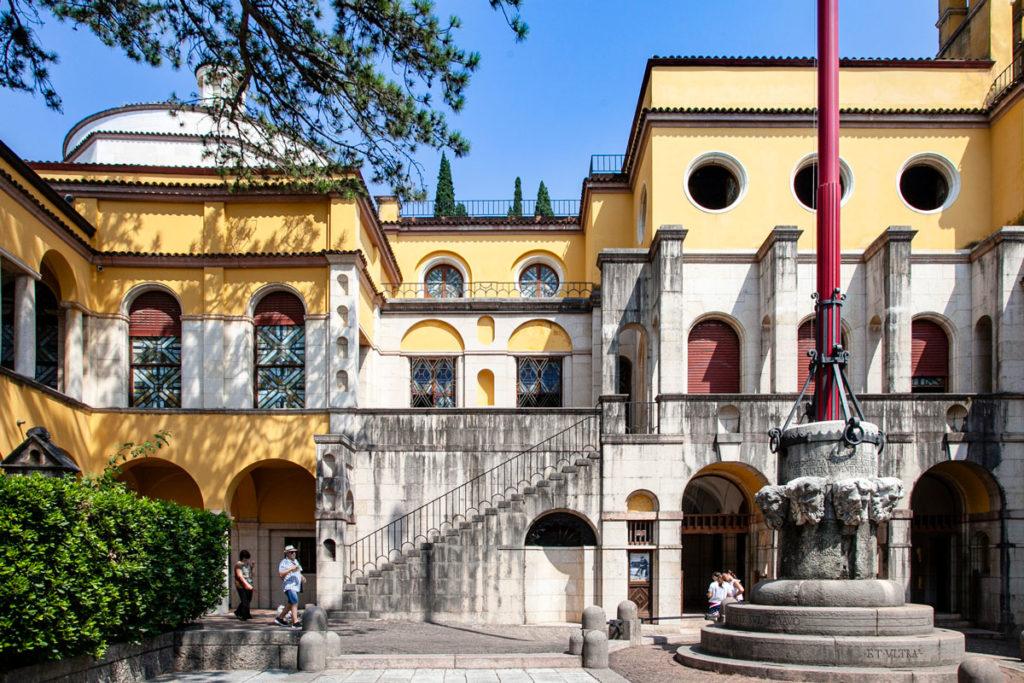Vista della piazzetta Dalmata e del palazzo Schifamondo al Vittoriale degli Italiani