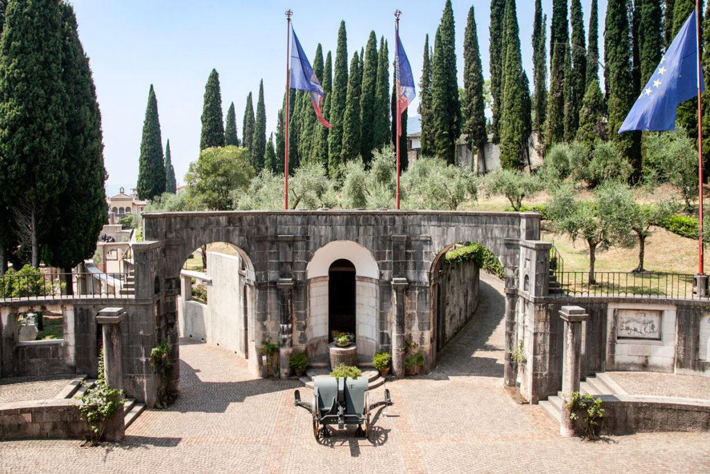 Vista della piazzetta dell'Esedra del Vittoriale degli Italiani