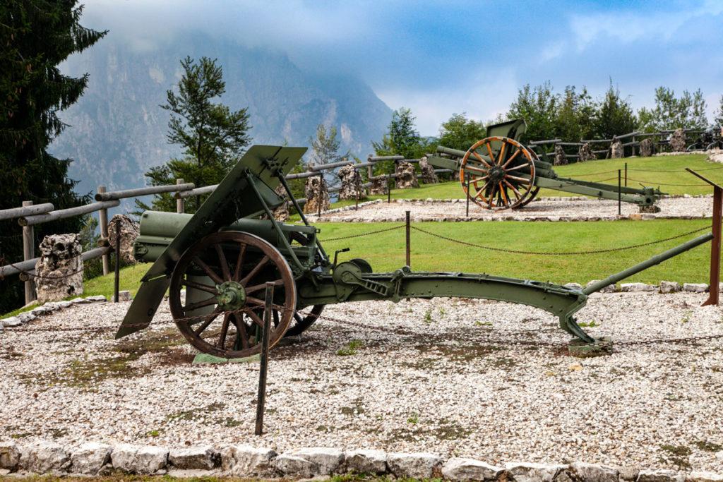 Armi della Prima Guerra Mondiale nel giardino dell'Ossario del Pasubio