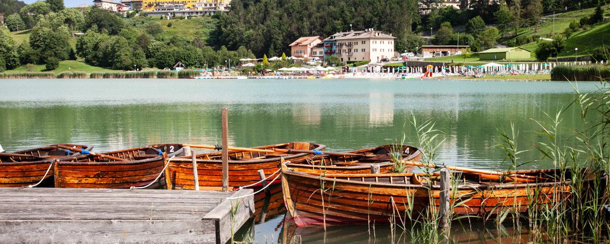 Barche in legno sul lago di Lavarone