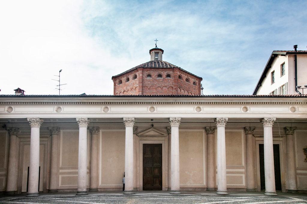 Battistero di Novara visto dal quadriportico antonelliano