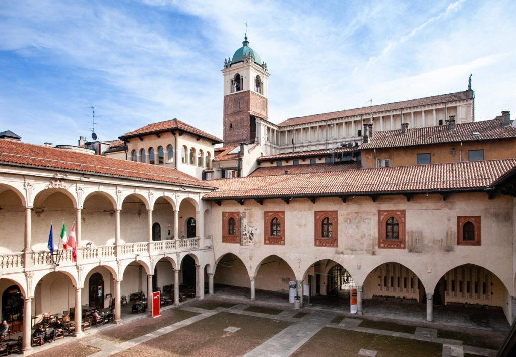 Broletto di Novara con Vista sul Duomo