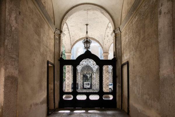 Cancello e cortile del Palazzo Langhi Leonardi