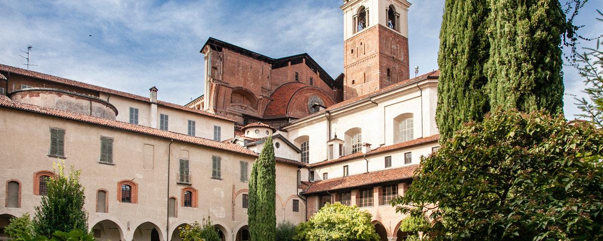 Chiostro della canonica con campanile del duomo di Novara