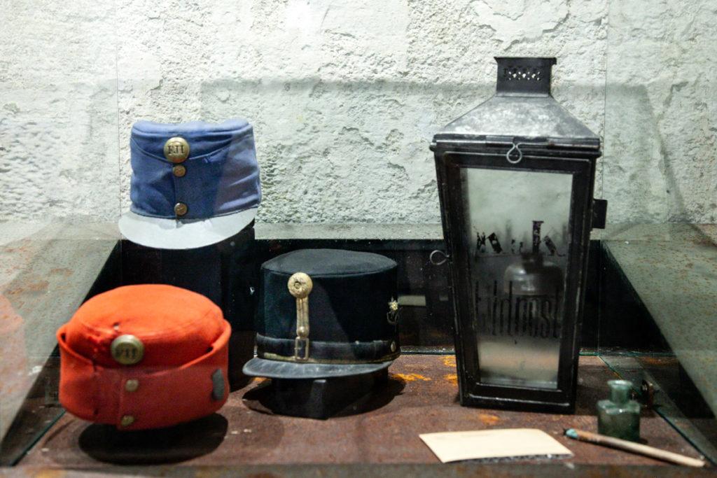 Copricapo e lanterna della Grande Guerra