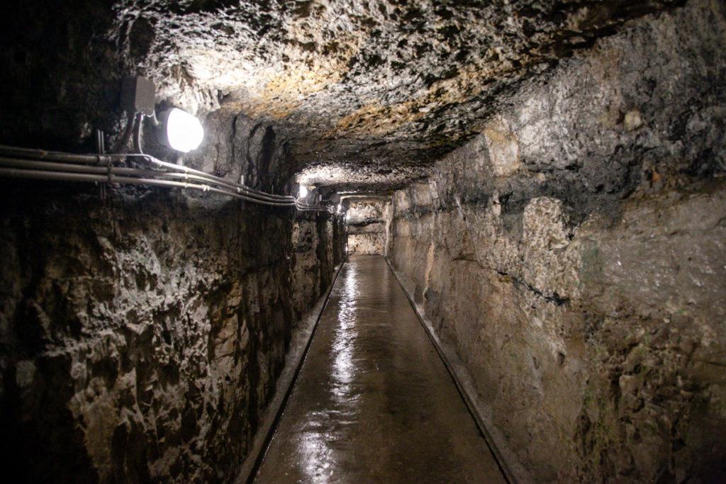 Corridoi umidi scavati nella roccia sotto alla pietra - Forte Belvedere Gschwent