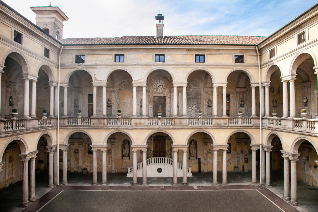 Cortile interno dell'Ospedale Maggiore di Novara - Progettato da Antonelli