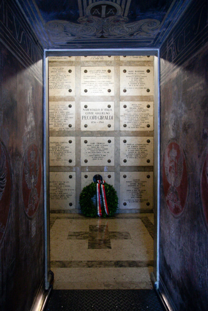 Cripta con corpi e Maresciallo Pecori Giraldi - Ossario del Pasubio