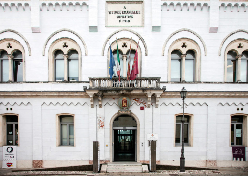 Facciata del municipio cittadino dedicato a Vittorio Emanuele II