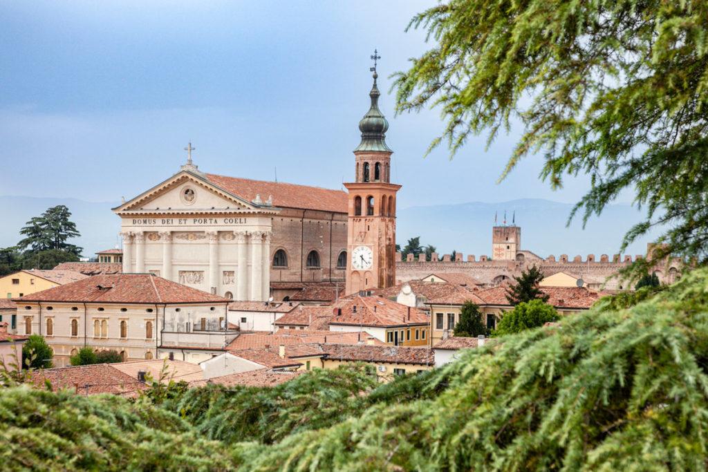 Facciata e campanile del Duomo cittadino