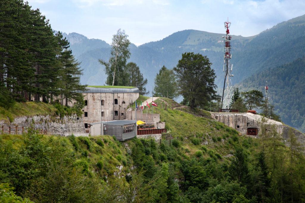 Forte Belvedere Gschwent a strapiombo sulla roccia