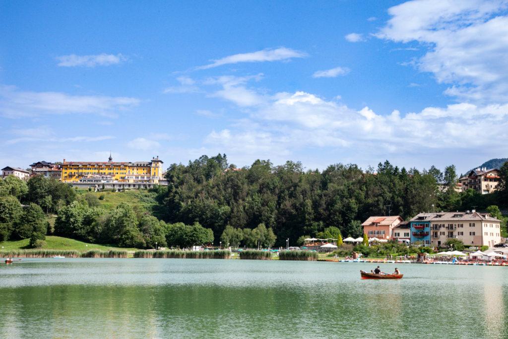 Giro in barca sul lago di Lavarone e panorama sull'hotel