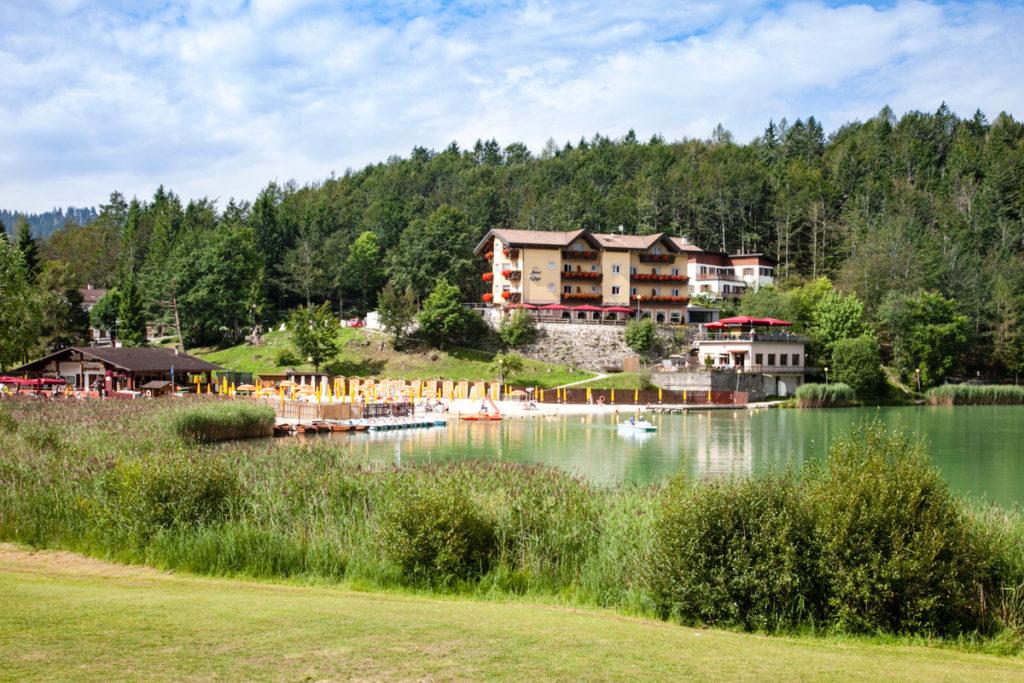 Hotel e secondo lido con bar nel lago di Lavarone
