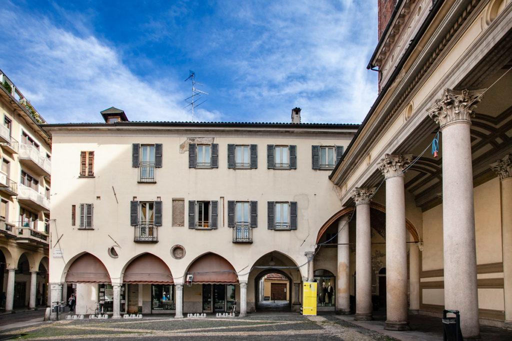 Ingresso al chiostro della canonica da piazza della Repubblica
