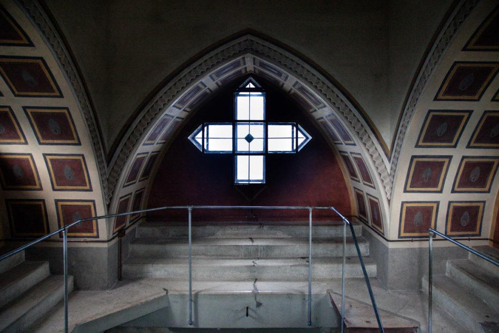 Le finestre a forma di croce dalla celletta del faro dell'Ossario del Pasubio