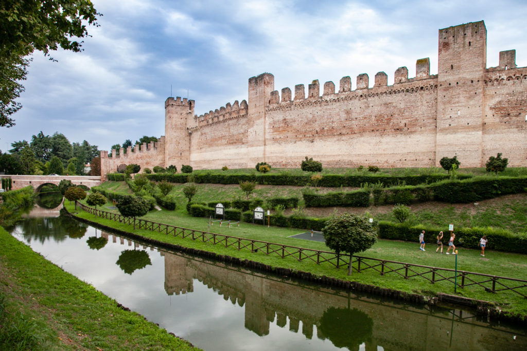 Le mura di Cittadella e il fossato scavato esternamente