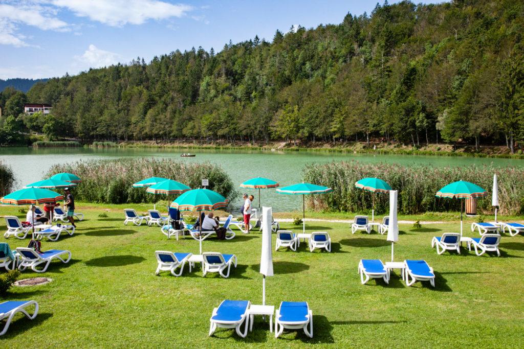 Lettini e ombrelloni - Lido sul lago