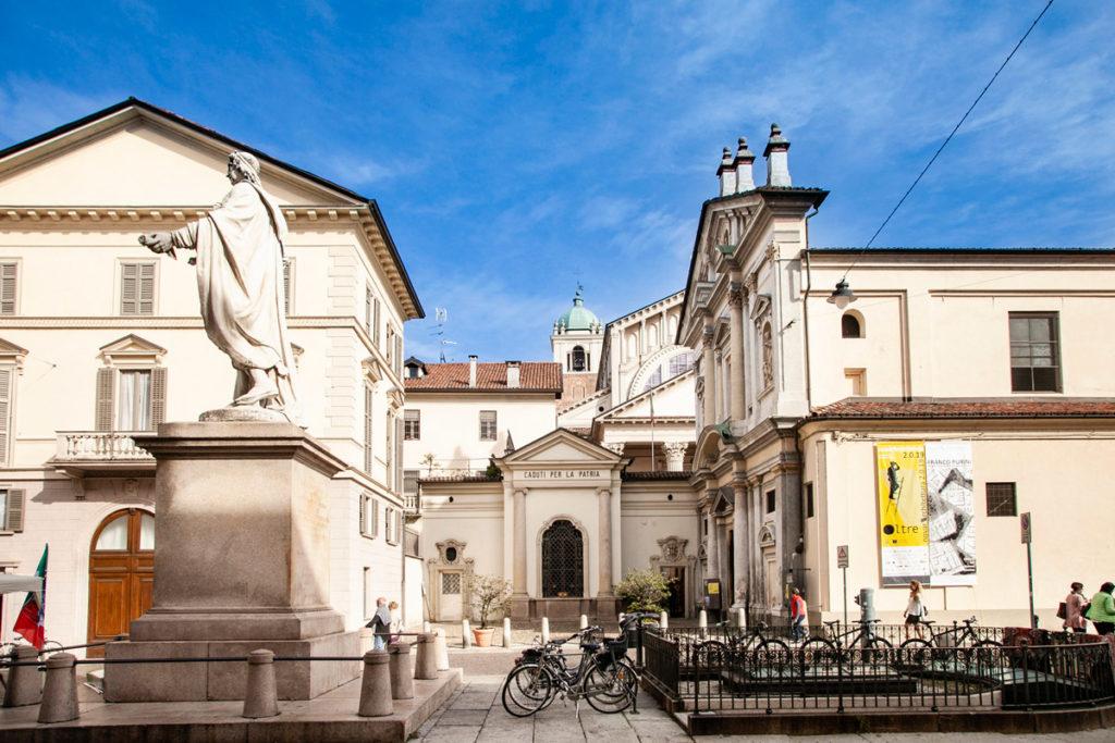 Monumento ai caduti della Patria di Novara con Chiesa di San Giovanni Decollato