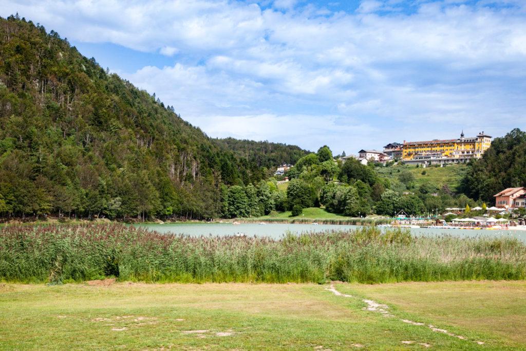 Panorama su hotel e boschi del lago di Lavarone