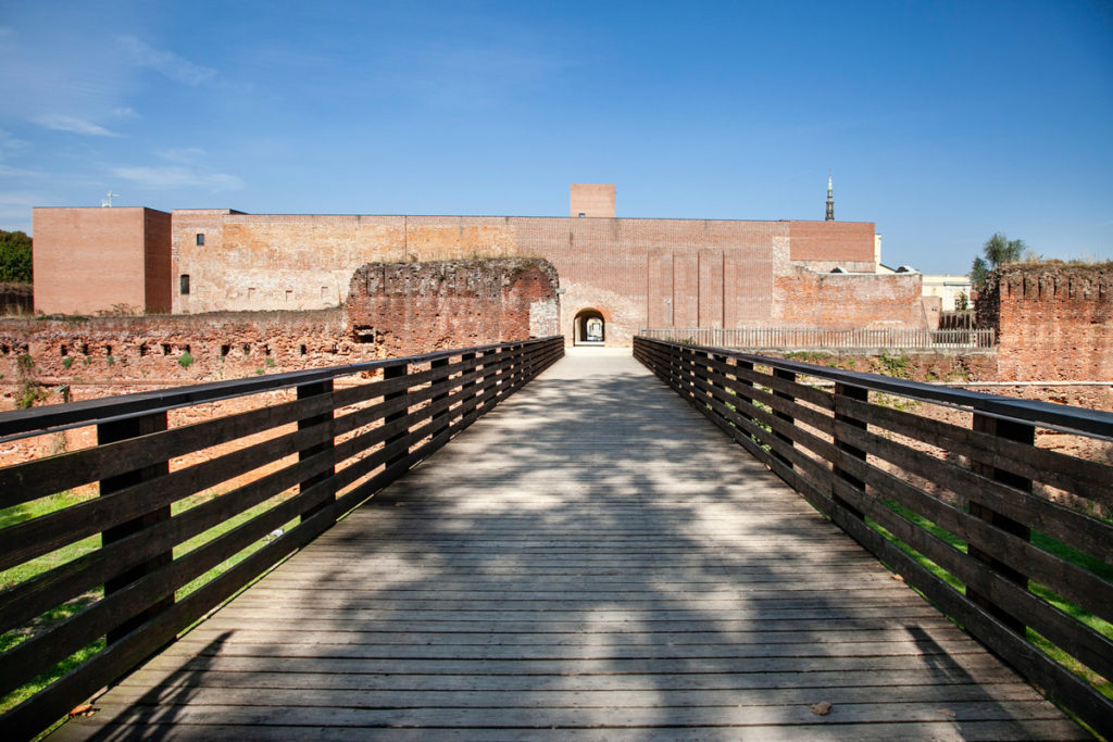 Passeggiata sul ponte in legno per il castello di Novara