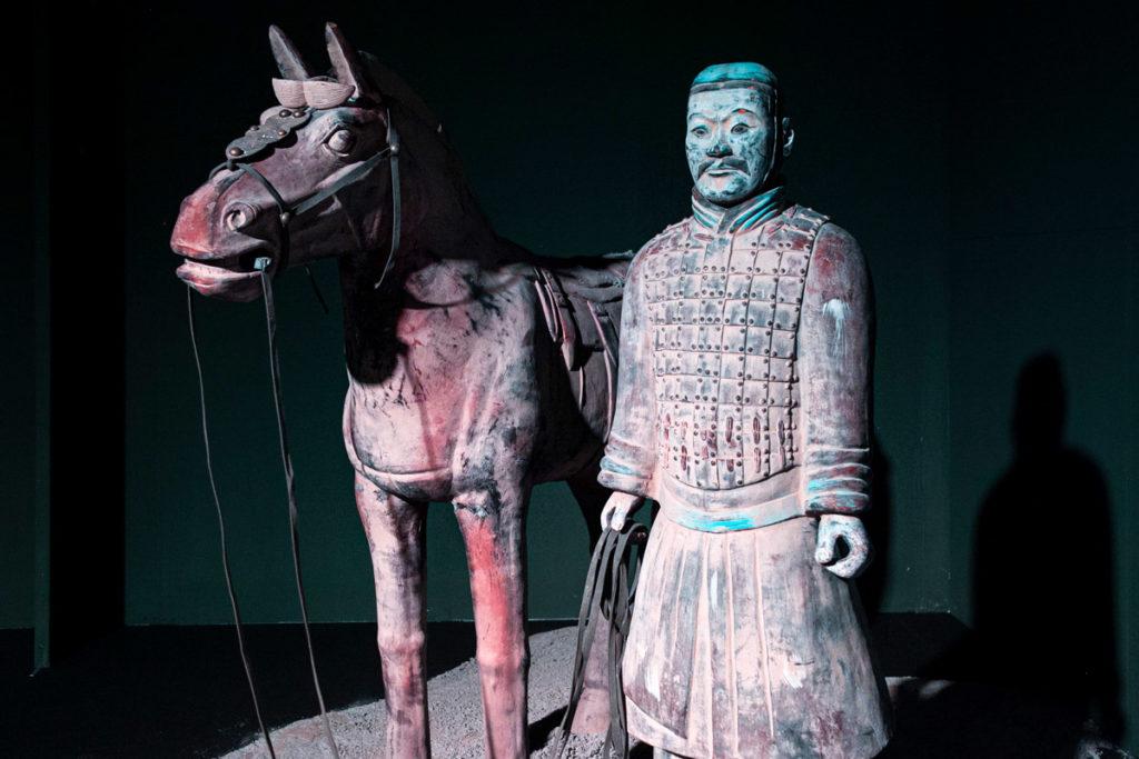 Ricostruzione di una statua in terracotta e di un cavallo