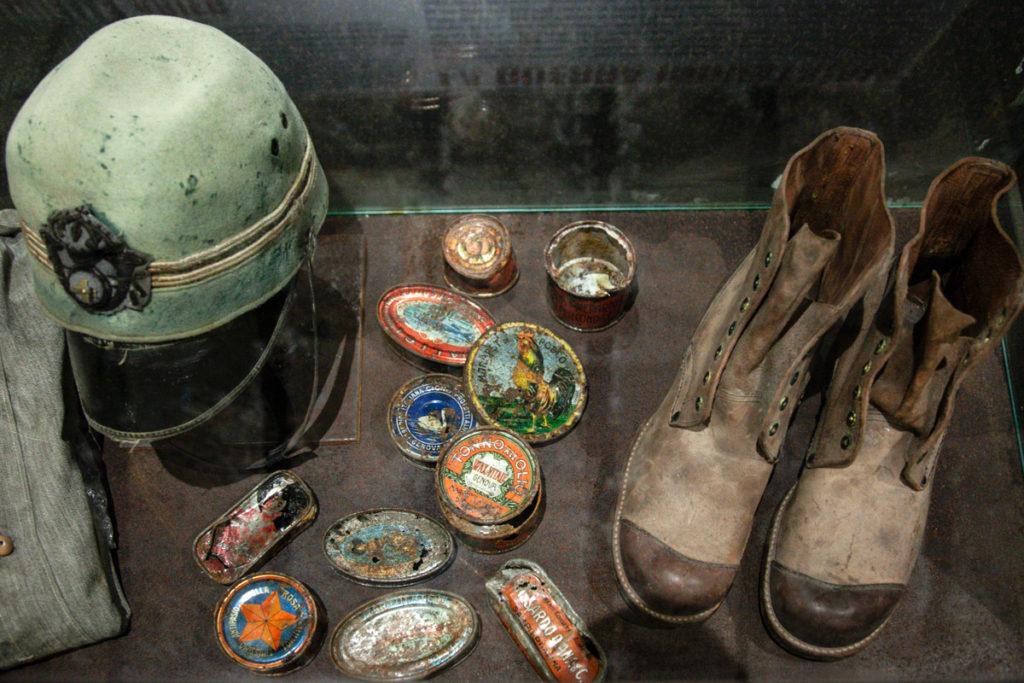 Scatolette in metallo di viveri - stivali ed elmi della prima guerra mondiale - Forte Belvedere Gschwent
