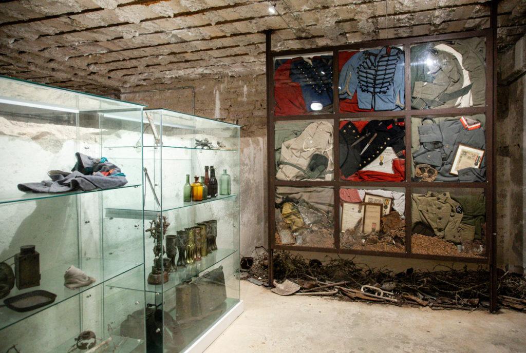 Secondo piano del Blocco Casematte - Magazzino viveri con abiti originali della prima guerra mondiale - Forte Belvedere Gschwent