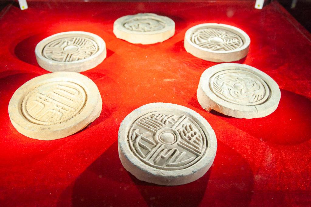 Sei tegole in argilla utilizzate nelle grondaie dell'Antica Cina
