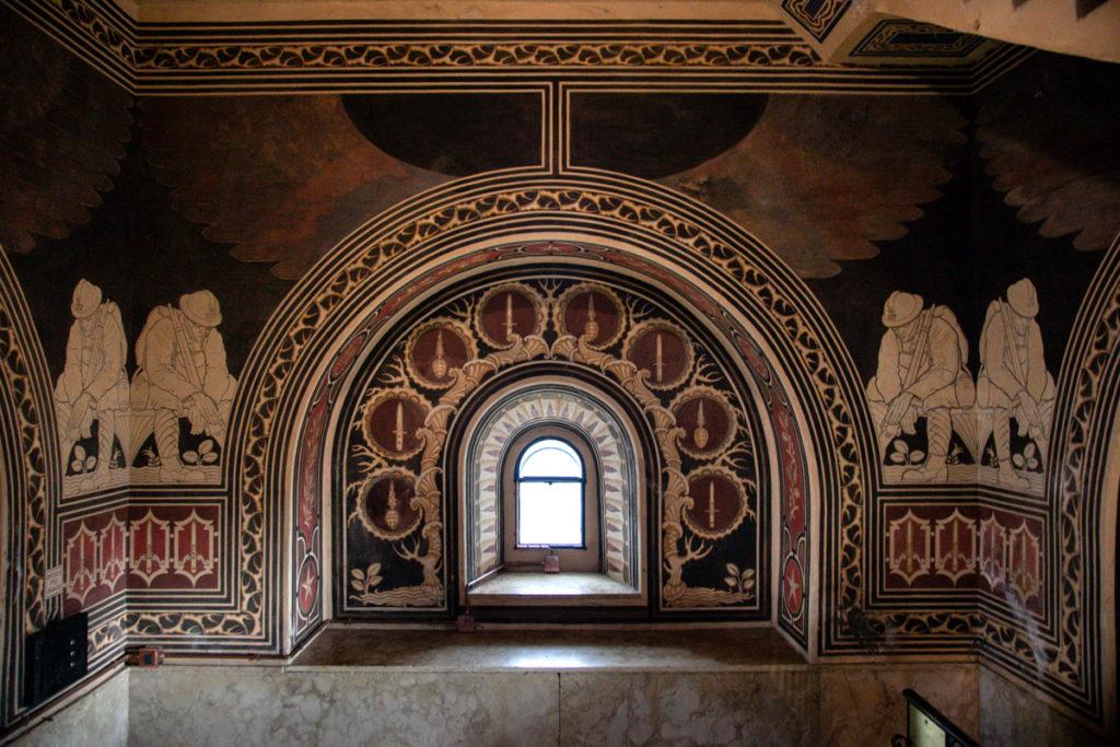 Terzo piano dell'Ossario del Pasubio - Dipinti Monocromatici dei soldati - Sala della Attesa