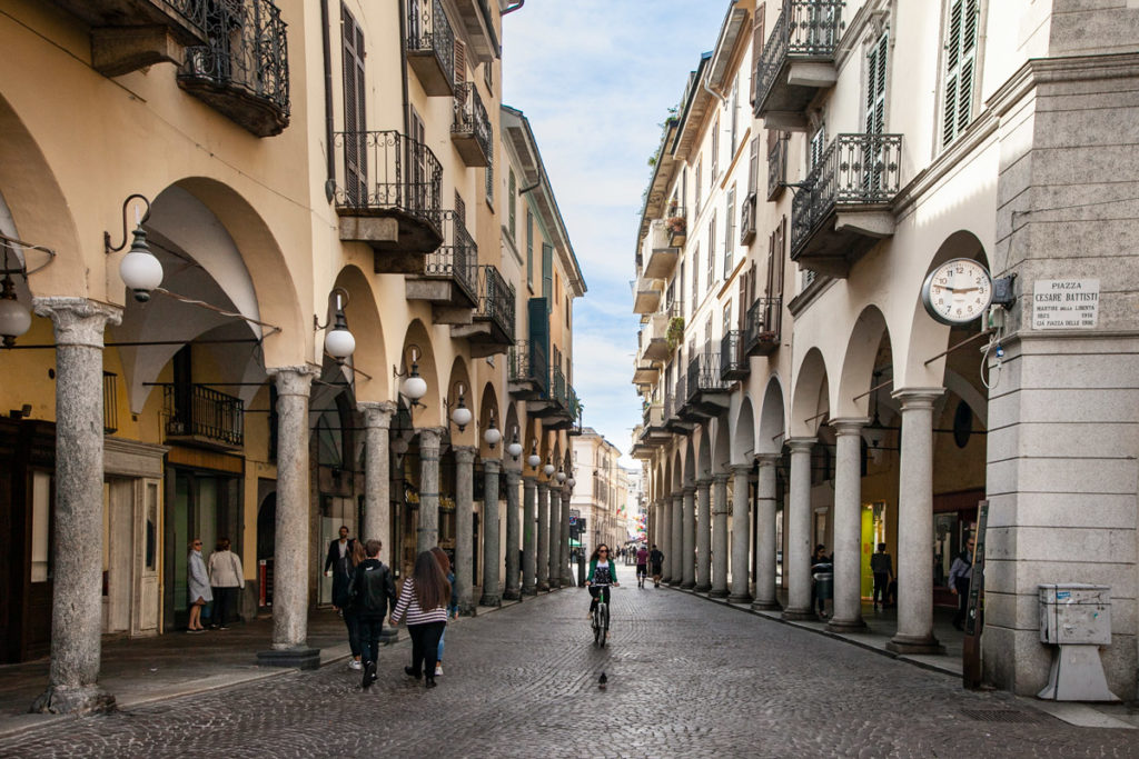 Via Fratelli Rosselli di Novara - Palazzi e negozi