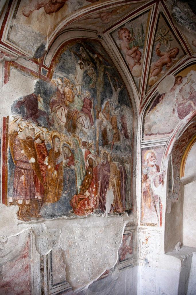 Affreschi antichi sotto al portico del quadriportico del Chiostro del Paradiso