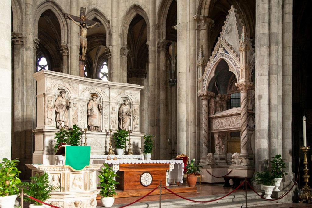 Altare della Basilica di San Lorenzo Maggiore e arca sepolcrale