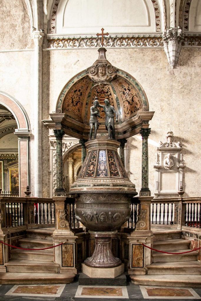 Antica fonte battesimale nel duomo di Napoli