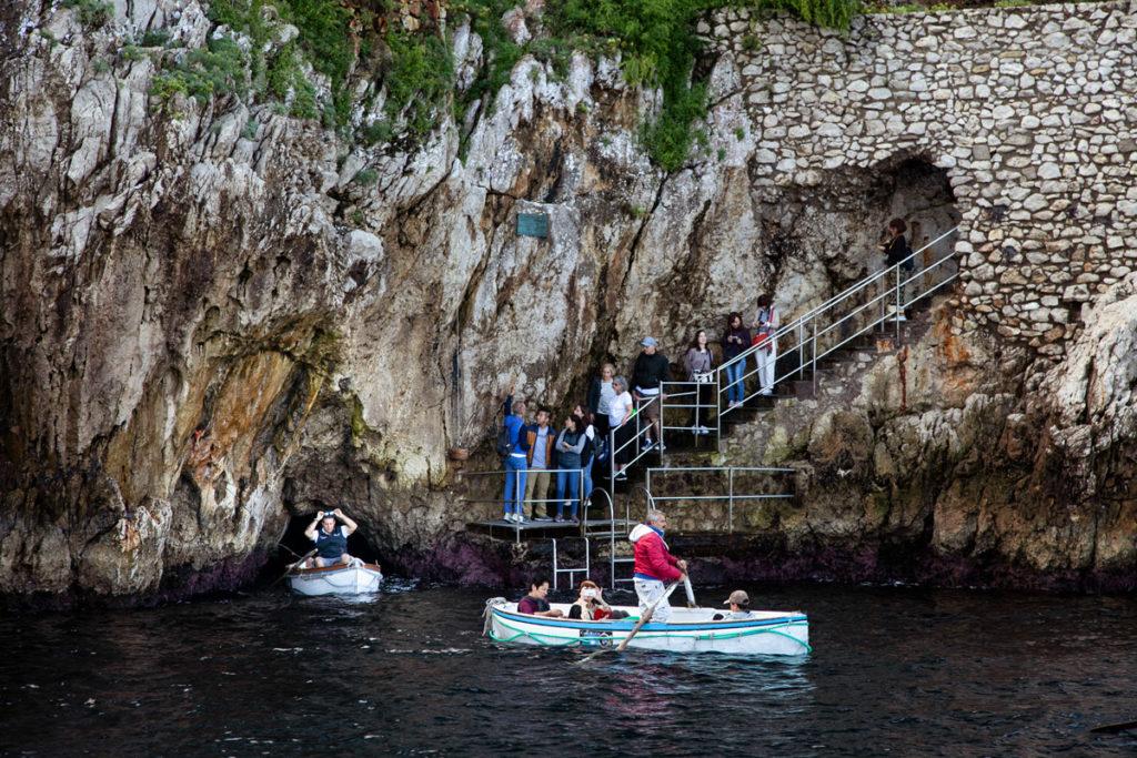 Barche che escono dalla Grotta Azzurra - Cosa vedere a Capri