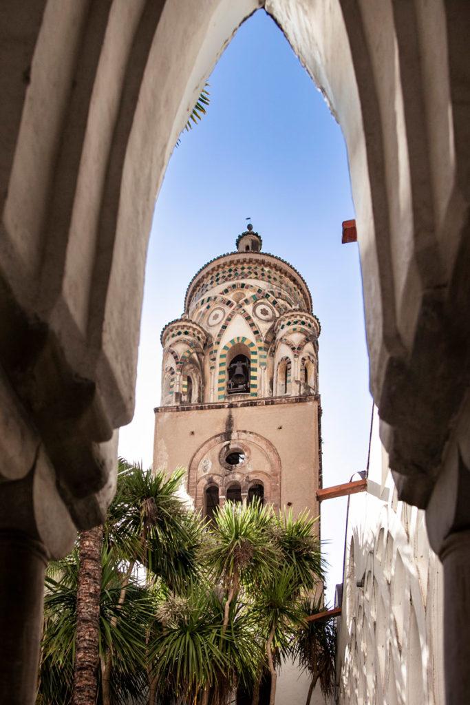 Campanile della Cattedrale di Sant Andrea dagli archi del chiostro del paradiso