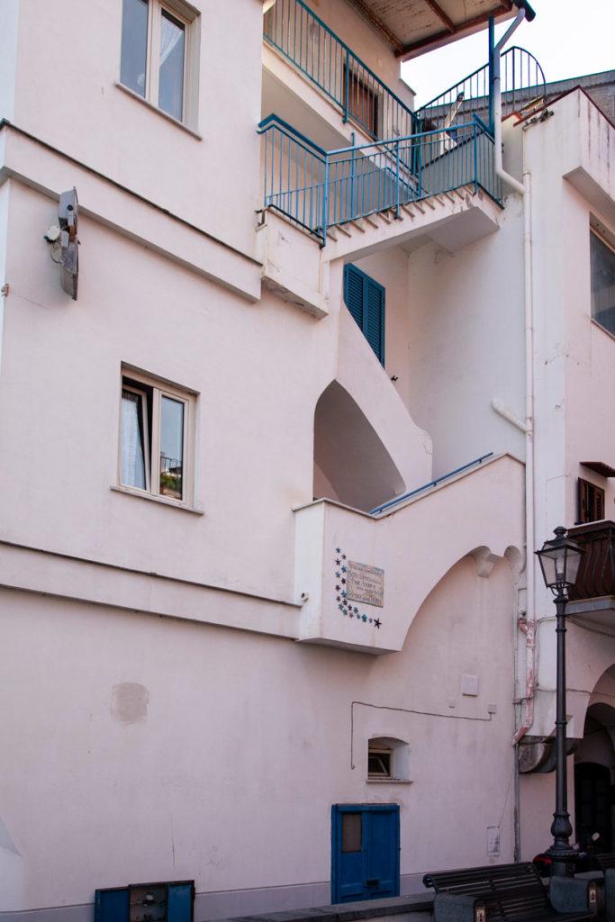 Casa da cui si affaccia Sofia Loren in Pane Amore e...