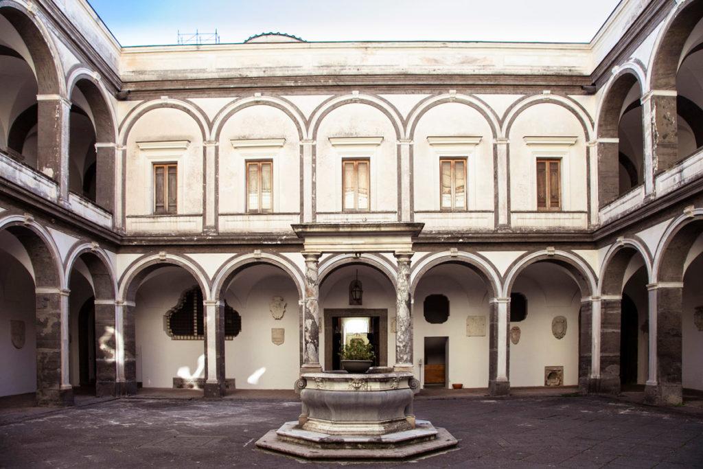 Chiostro dei Procuratori con pozzo - Certosa di San Martino a Napoli