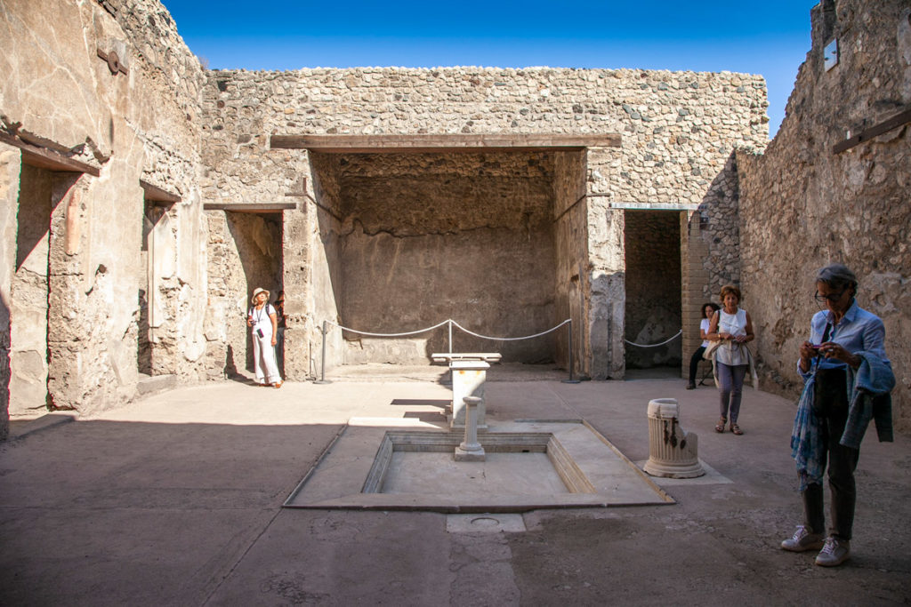 Cortile interno con Fontana nella Domus Sirici di Pompei