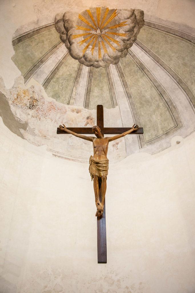 Crocifisso trecentesco in legno dentro alla Basilica del Crocifisso