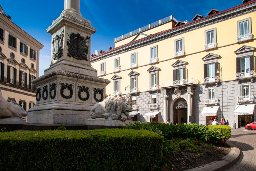 Dettaglio del Monumento ai Martiri Napoletani e Palazzo Partana