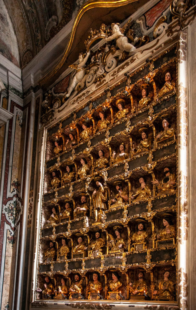 Ex Voto appesi in una cappella della chiesa del Gesù Nuovo a Napoli