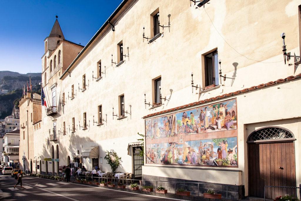 Facciata del Municipio di Amalfi sul lungomare