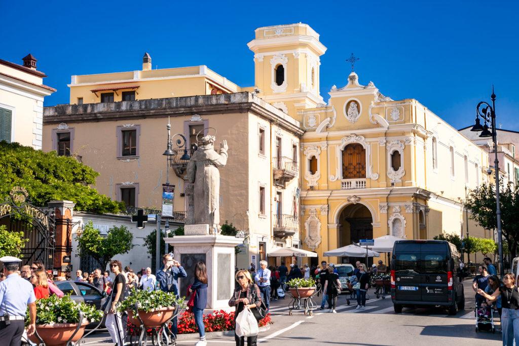 Facciata della Chiesa del Carmine e statua di Sant'Antonino in piazza Torquato Tasso