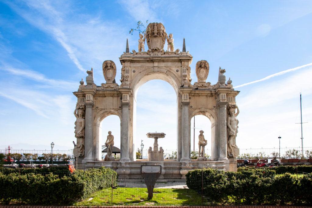 Fontana del Gigante sul lungomare di Napoli