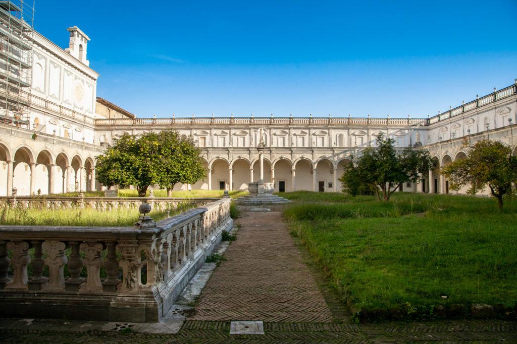 Giardini e porticati nel chiostro grande della Certosa
