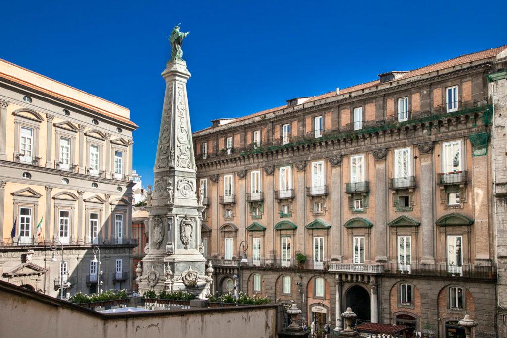 Guglia di San Domenico Maggiore nel centro storico di Napoli