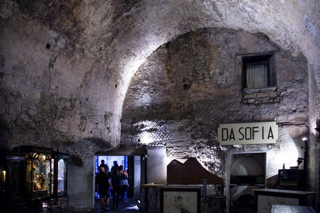 I Bassi costruiti dentro al teatro romano di Napoli