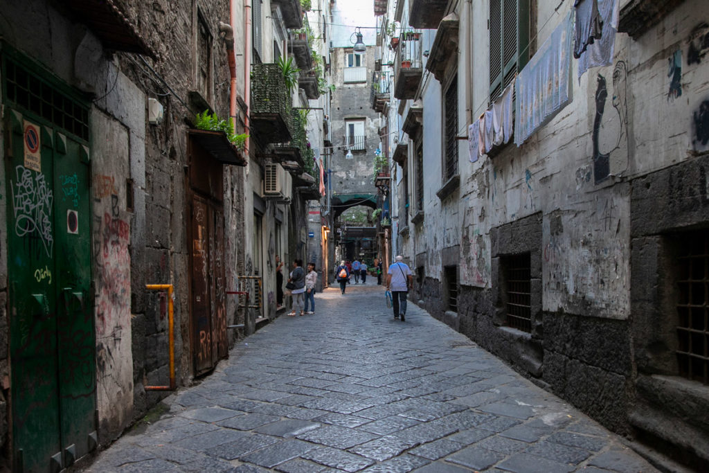 I Bassi di Napoli intorno al teatro romano