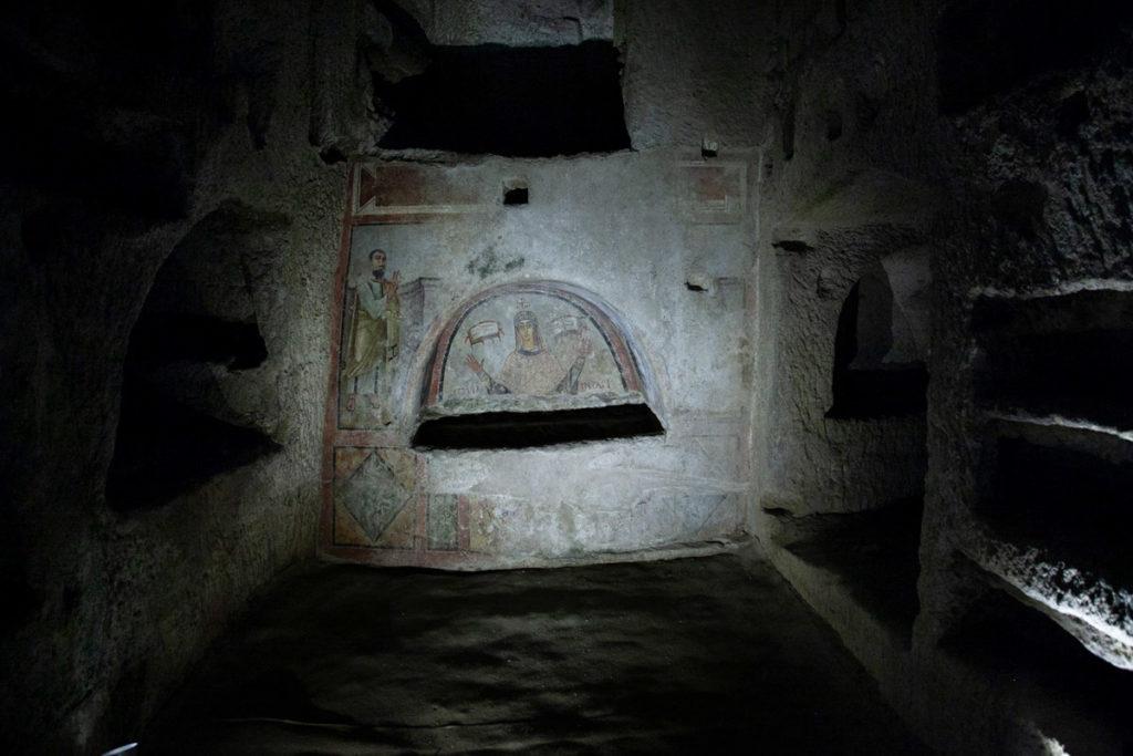 I loculi con dipinti dentro alle Catacombe di San Gennaro