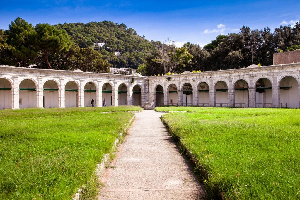 I porticati del chiostro Grande della Certosa di San Giacomo a Capri